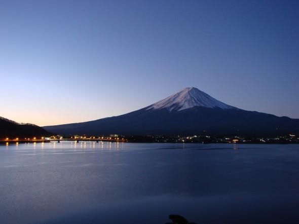 夜明け前の富士 湖月一室から