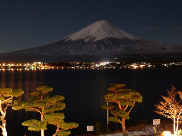 夜に浮かぶ富士