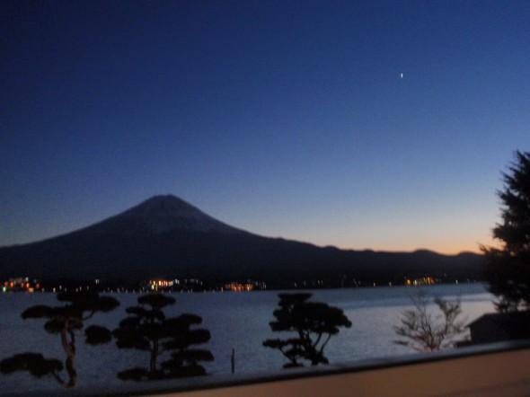 月を見上げる富士山