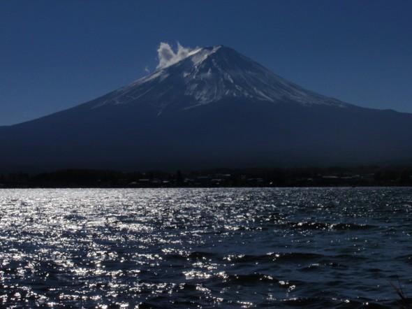 注视平稳的河口湖的富士山