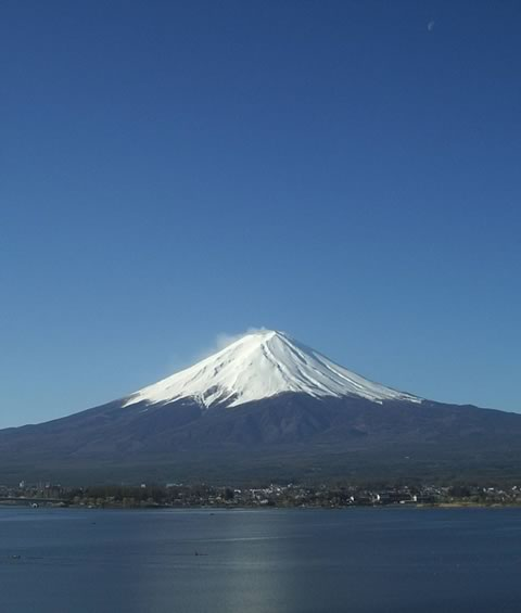 Fuji that shines to a spring blue sky