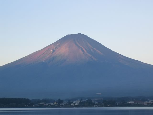 朝日に少し染まった富士