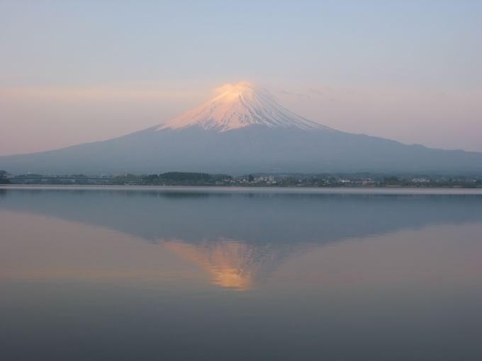 朝焼けに染まる逆さ富士