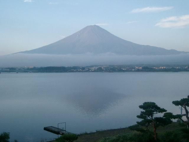 雲に乗った富士の山
