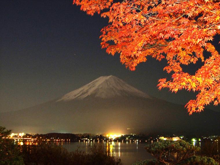 満月に照らされた富士山と紅葉