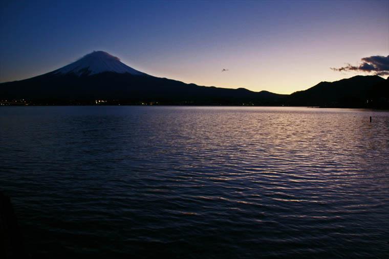 夕闇に映える河口湖