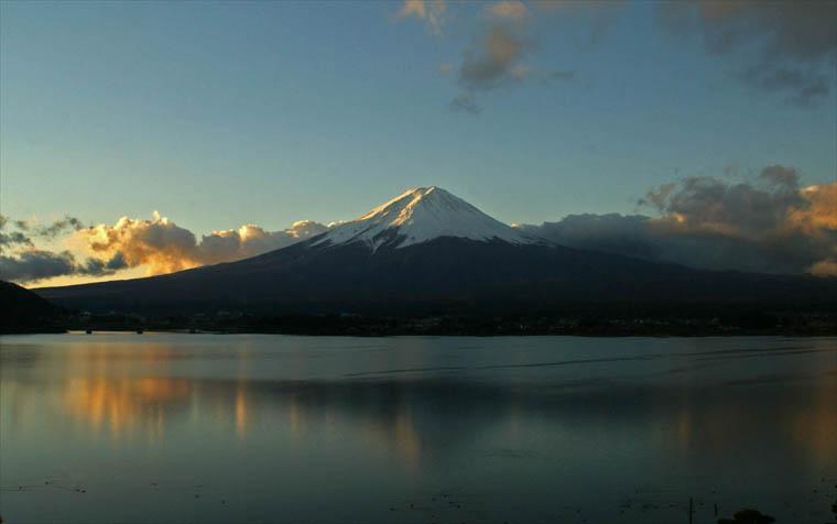 オレンジに映える富士河口湖