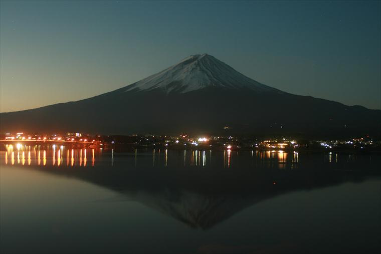 夜明け前の静けさの中の富士