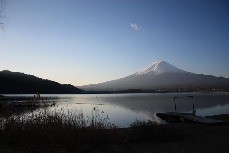 日差しを浴びる富士