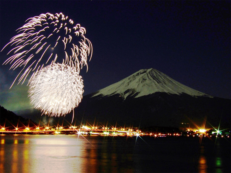 満月の富士と冬花火