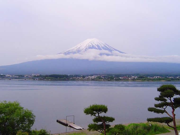 6月の静かな富士を仰ぐ