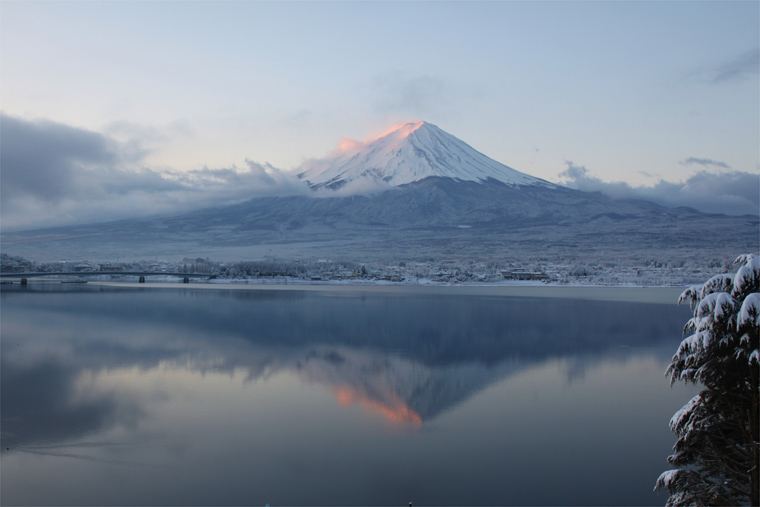 雪の朝の茜富士