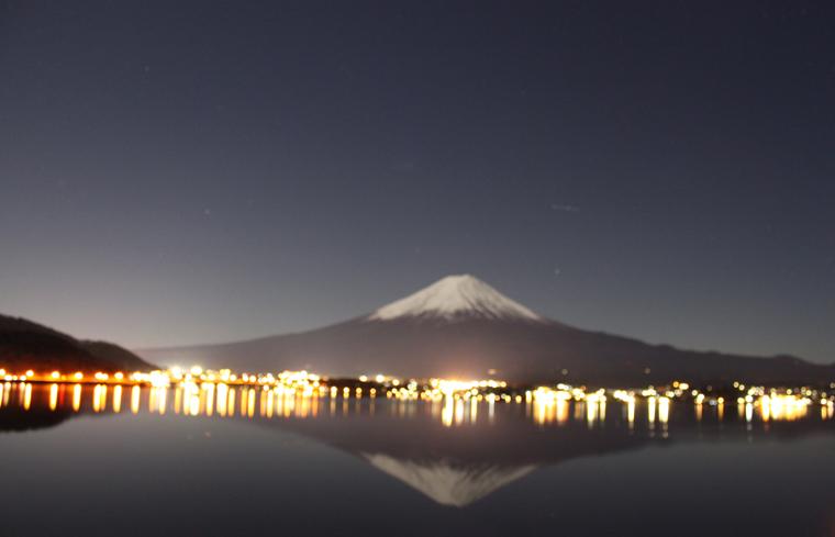 月に照らすだされた逆さ富士