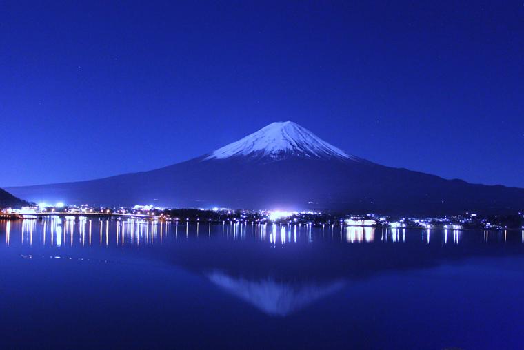 月に浮く逆さ富士