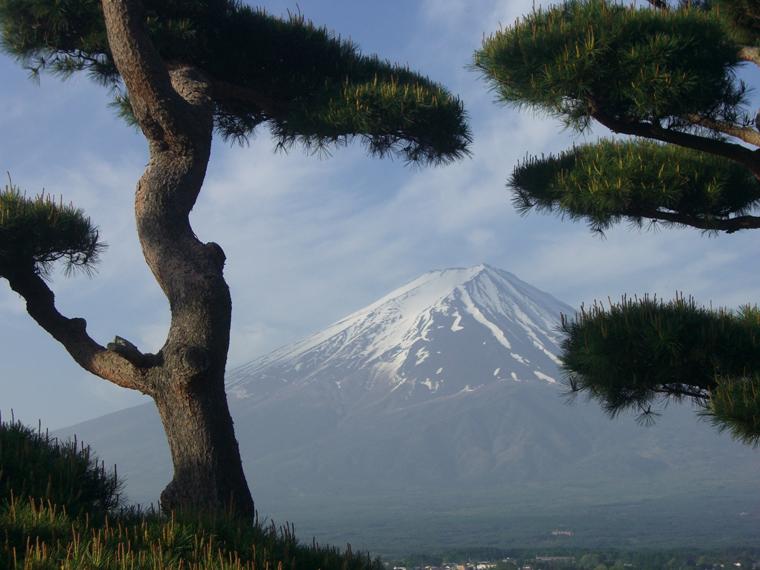 田植えを知らせる鳥型残雪の富士