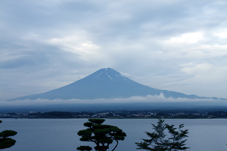 Summer Fuji that nestles in a sea of clouds